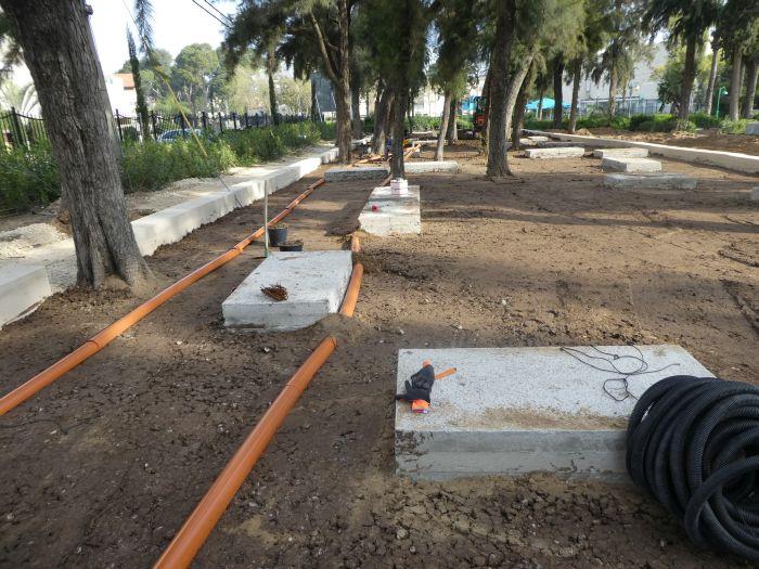 אדמת מבנה CU Soil מותקנת מעל צינור השקיה לוכד טיפה